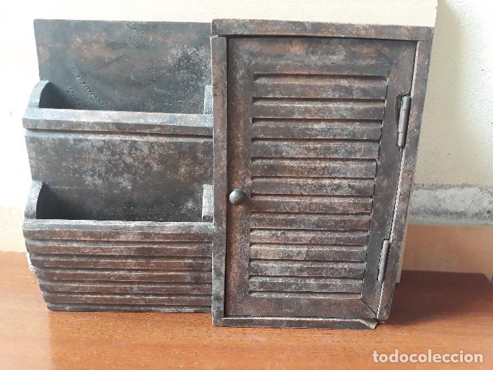 ANTIGUO MUEBLE ARMARIO PARA LLAVES Y CARTAS- MADERA Y POMO EN BRONCE (Antigüedades - Muebles Antiguos - Auxiliares Antiguos)
