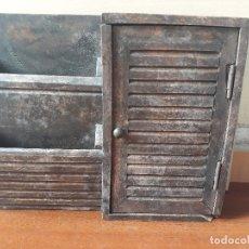 Antigüedades: ANTIGUO MUEBLE ARMARIO PARA LLAVES Y CARTAS- MADERA Y POMO EN BRONCE. Lote 172017867