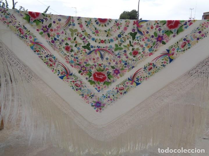 Antigüedades: Bonito Manton de Manila blanco en seda con llamativo bordado de flores y aves muy colorido - Foto 2 - 172021439
