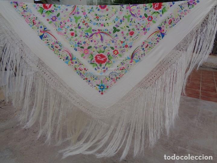 Antigüedades: Bonito Manton de Manila blanco en seda con llamativo bordado de flores y aves muy colorido - Foto 3 - 172021439