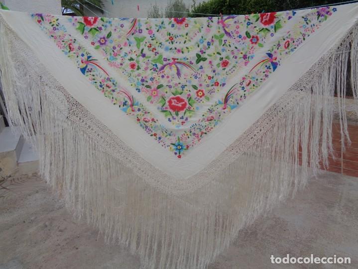Antigüedades: Bonito Manton de Manila blanco en seda con llamativo bordado de flores y aves muy colorido - Foto 4 - 172021439