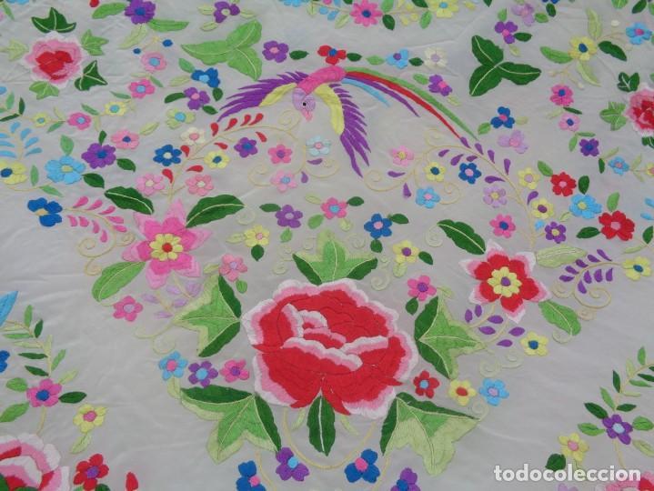 Antigüedades: Bonito Manton de Manila blanco en seda con llamativo bordado de flores y aves muy colorido - Foto 5 - 172021439