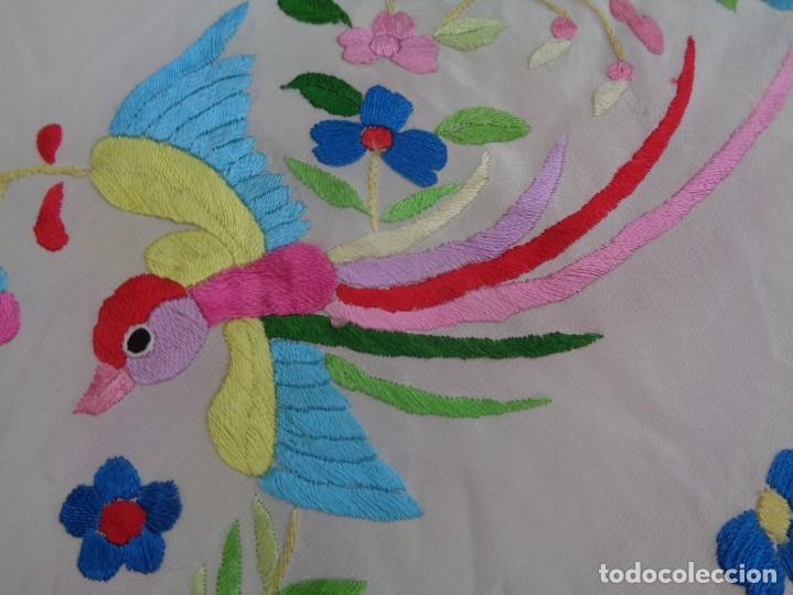 Antigüedades: Bonito Manton de Manila blanco en seda con llamativo bordado de flores y aves muy colorido - Foto 7 - 172021439