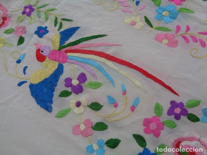 Antigüedades: Bonito Manton de Manila blanco en seda con llamativo bordado de flores y aves muy colorido - Foto 8 - 172021439
