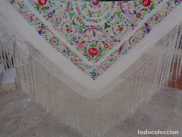 Antigüedades: Bonito Manton de Manila blanco en seda con llamativo bordado de flores y aves muy colorido - Foto 10 - 172021439