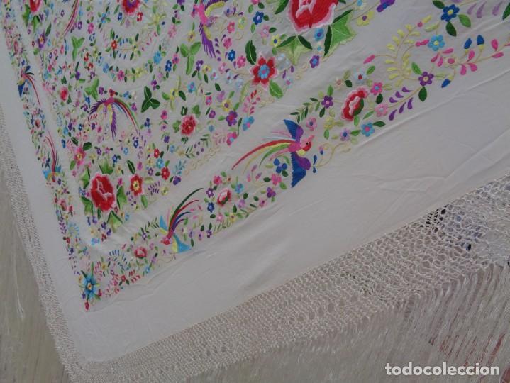Antigüedades: Bonito Manton de Manila blanco en seda con llamativo bordado de flores y aves muy colorido - Foto 11 - 172021439