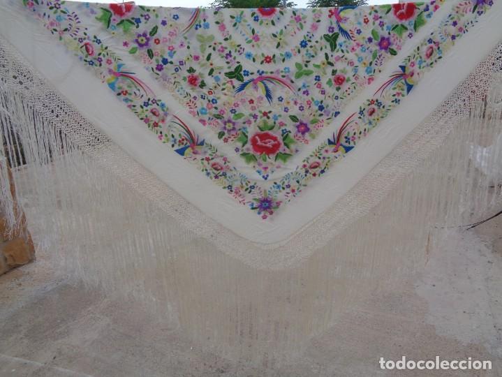 Antigüedades: Bonito Manton de Manila blanco en seda con llamativo bordado de flores y aves muy colorido - Foto 12 - 172021439