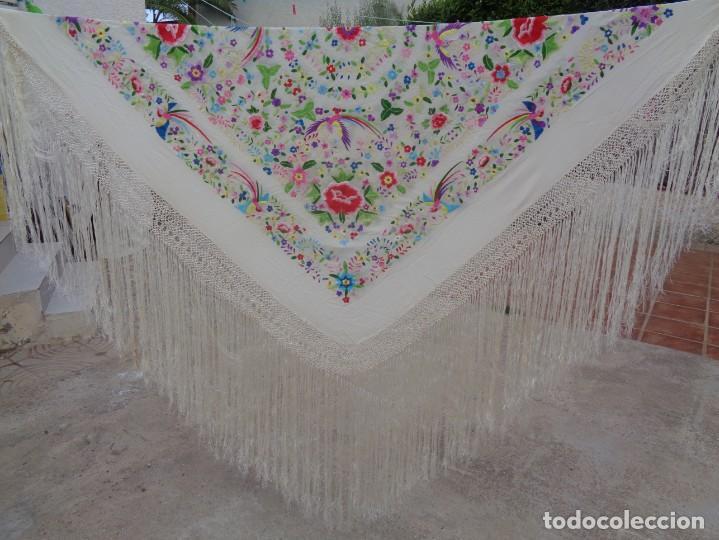 Antigüedades: Bonito Manton de Manila blanco en seda con llamativo bordado de flores y aves muy colorido - Foto 13 - 172021439