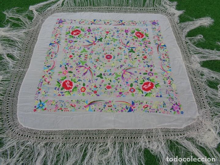 Antigüedades: Bonito Manton de Manila blanco en seda con llamativo bordado de flores y aves muy colorido - Foto 14 - 172021439