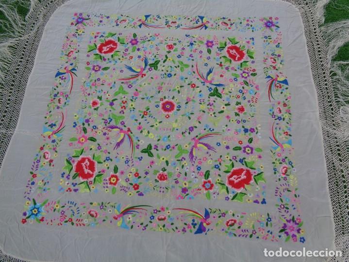 Antigüedades: Bonito Manton de Manila blanco en seda con llamativo bordado de flores y aves muy colorido - Foto 15 - 172021439