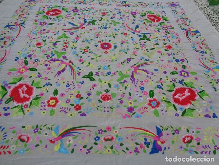 Antigüedades: Bonito Manton de Manila blanco en seda con llamativo bordado de flores y aves muy colorido - Foto 17 - 172021439