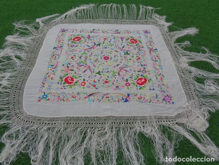 Antigüedades: Bonito Manton de Manila blanco en seda con llamativo bordado de flores y aves muy colorido - Foto 18 - 172021439