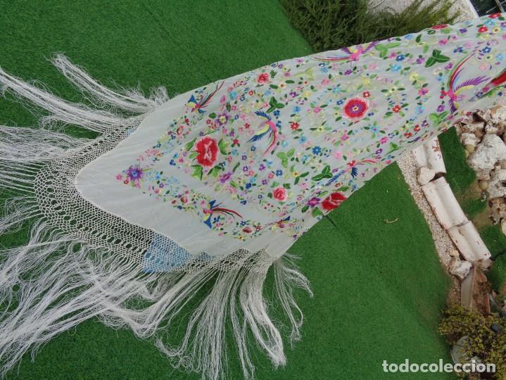 Antigüedades: Bonito Manton de Manila blanco en seda con llamativo bordado de flores y aves muy colorido - Foto 21 - 172021439