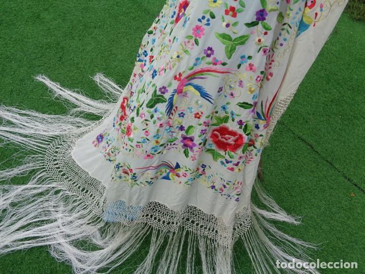 Antigüedades: Bonito Manton de Manila blanco en seda con llamativo bordado de flores y aves muy colorido - Foto 22 - 172021439