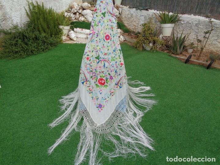 Antigüedades: Bonito Manton de Manila blanco en seda con llamativo bordado de flores y aves muy colorido - Foto 23 - 172021439