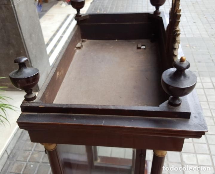 Antigüedades: CAPILLA PARA IMAGEN. MADERA DE CAOBA. ESTILO ISABELINO. ESPAÑA. SIGLO XIX. - Foto 9 - 213444046