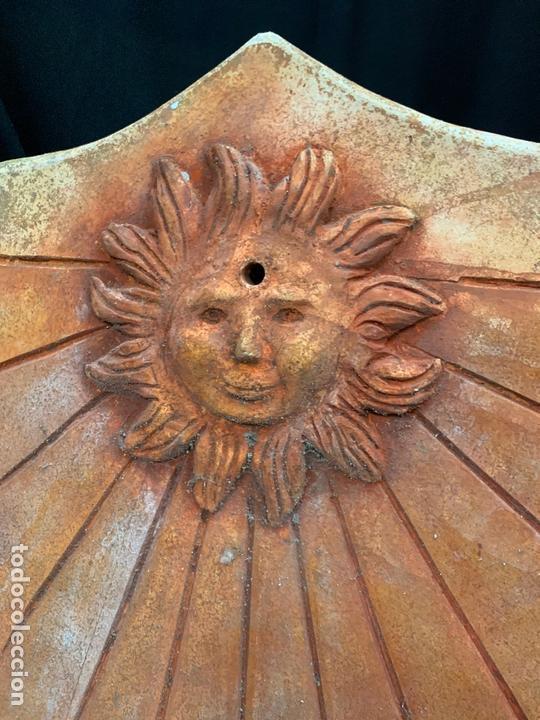 Antigüedades: Excepcional reloj de sol en terracota. gran tamaño, firmado. 64cms altura x 58cms ancho y 3cm grosor - Foto 3 - 172054499