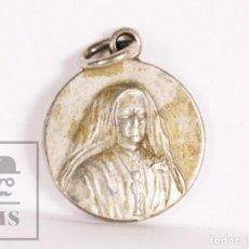 Antigüedades: ANTIGUA MEDALLA RELIGIOSA CON RELIQUIA - STA Mª MICAELA DEL STMO SACRAMENTO - DIÁM. 15 MM. Lote 172056763