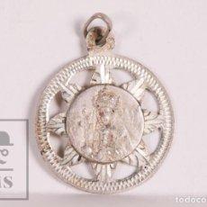 Antigüedades: ANTIGUA MEDALLA RELIGIOSA DE PLATA - NUESTRA SEÑORA DE MONTSERRAT - DIÁMETRO 20 MM. Lote 172059018