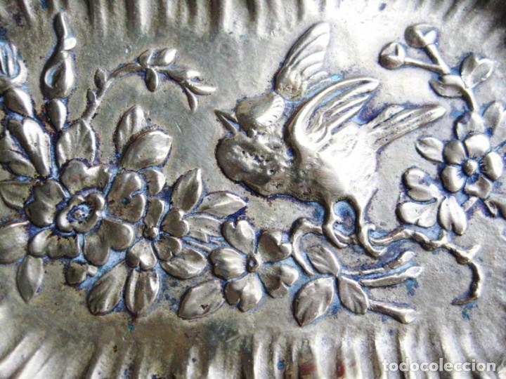 Antigüedades: TARJETERO EN BRONCE CON RELIEVES DE PAJARILLO Y FLORES. PRECIOSO - Foto 2 - 172059145