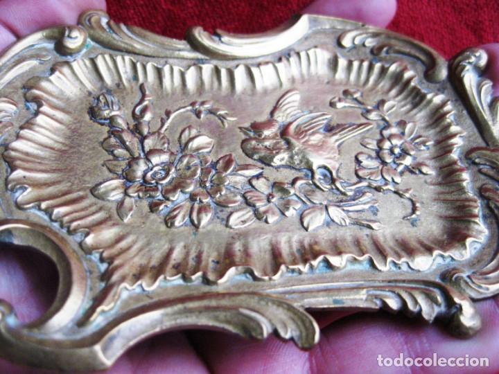 Antigüedades: TARJETERO EN BRONCE CON RELIEVES DE PAJARILLO Y FLORES. PRECIOSO - Foto 3 - 172059145