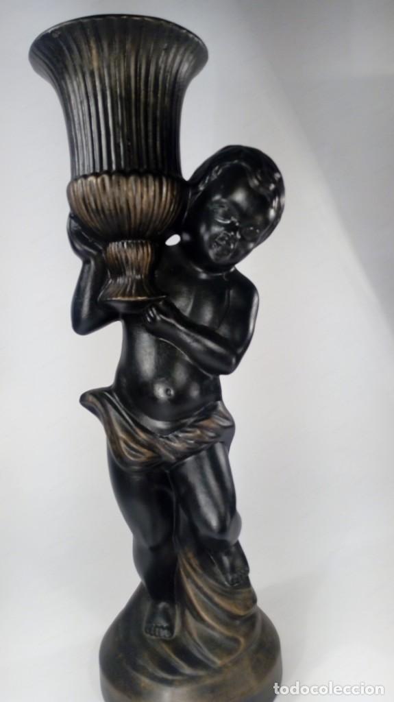 Antigüedades: CANDELERO DISEÑO INFANTE PORTANDO CRÁTERA EN ESTUCO PAVONADO CON REFLEJOS DORADOS. ESTILO NEOCLÁSICO - Foto 2 - 172064557