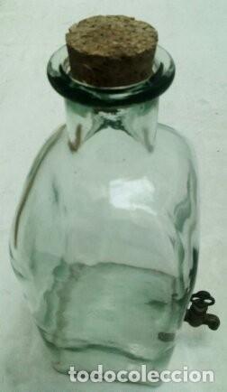 Antigüedades: antiguo frasco con grifo en metal - Foto 3 - 172065898
