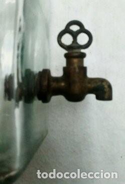 Antigüedades: antiguo frasco con grifo en metal - Foto 5 - 172065898