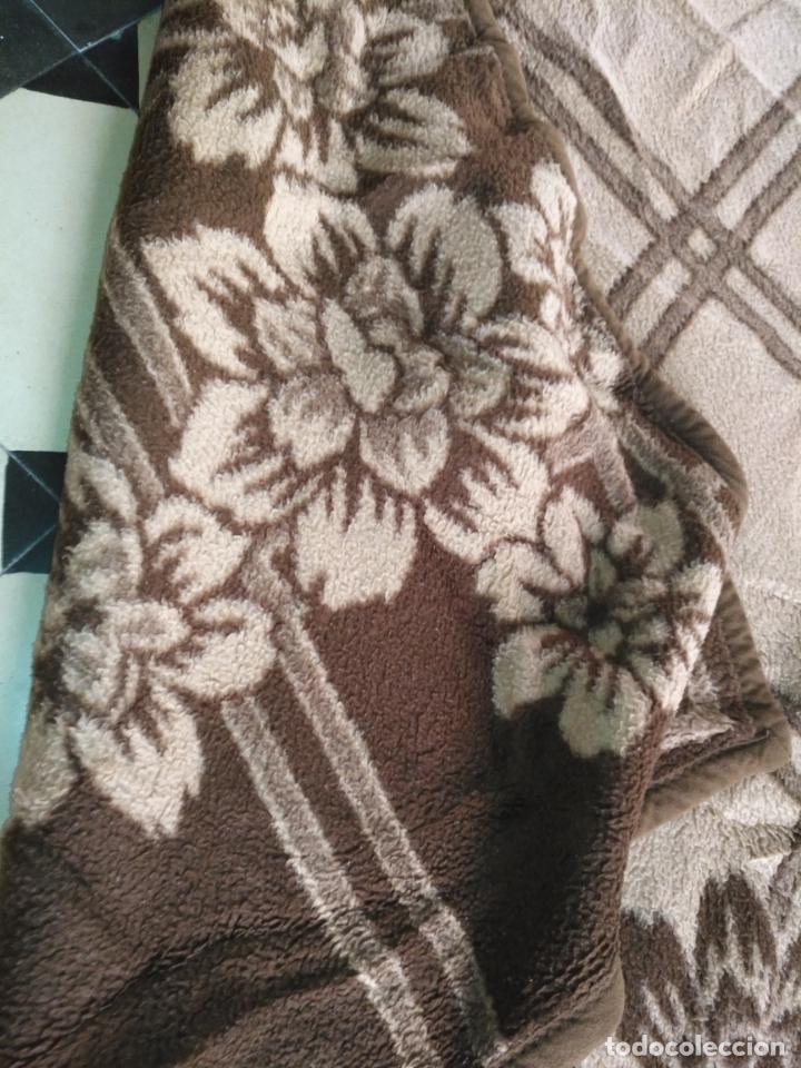 Antigüedades: antigua colcha manta de invierno para cama - marron floral - fabricada en españa 204 x 155 cm - Foto 4 - 172067160