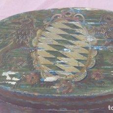 Antigüedades: CAJA DE SIGLO XVIII CON POLICROMIA EN MADERA,MOTIVOS HERALDICOS. Lote 172075414
