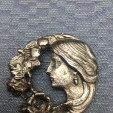Antigüedades: BROCHE/PRENDEDOR DEL SIGLO XIX, REPRESENTA A DIOSA MITOLOGICA. Lote 172088537