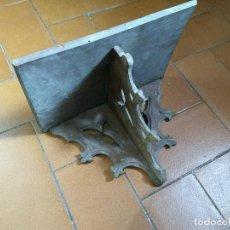 Antigüedades: MUY ANTIGUA REPISA O MÉNSULA DE MADERA TALLADA. Lote 172094574