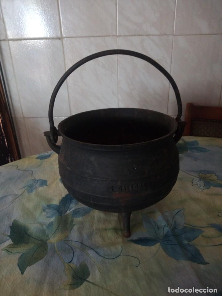 ANTIGUA OLLA DE HIERRO FUNDIDO CON 3 PATAS PARA COCINAR EN CHIMENEA. (Antigüedades - Técnicas - Rústicas - Utensilios del Hogar)