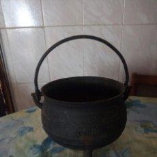 Antigüedades: ANTIGUA OLLA DE HIERRO FUNDIDO CON 3 PATAS PARA COCINAR EN CHIMENEA.. Lote 172108892