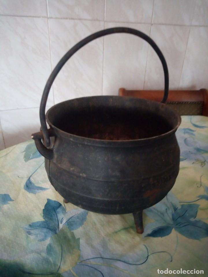Antigüedades: Antigua olla de hierro fundido con 3 patas para cocinar en chimenea. - Foto 4 - 172108892