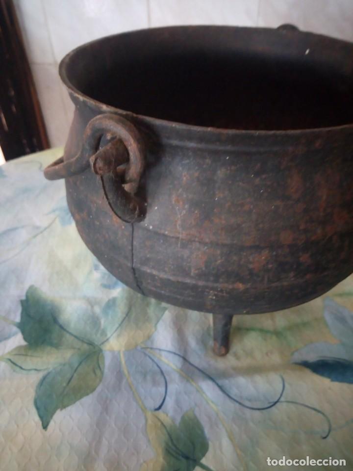 Antigüedades: Antigua olla de hierro fundido con 3 patas para cocinar en chimenea. - Foto 5 - 172108892