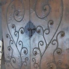 Antigüedades: MUEBLE ANTIGUO APARADOR CON LAMINA DE COBRE MARTILLADO. Lote 172112949