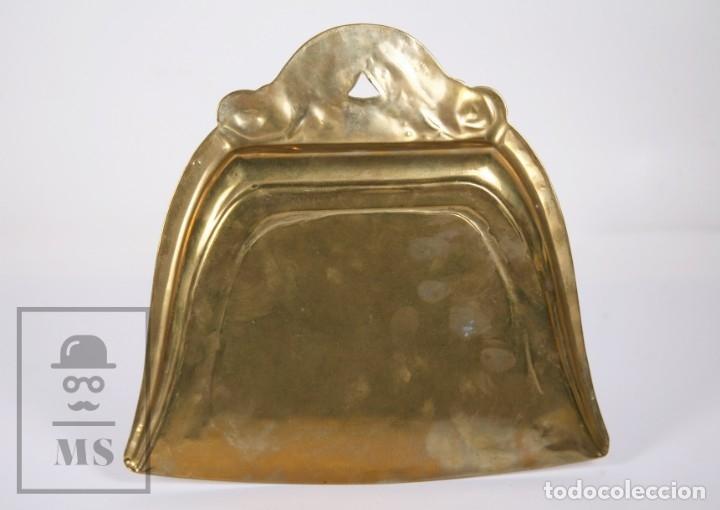 Antigüedades: Antiguo Recogedor de Bronce - Principios Siglo XX - Medidas 23 x 21,5 x 2 cm - Foto 3 - 172142187