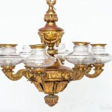Antiquités: LÁMPARA DE TECHO ANTIGUA DE BRONCE Y LATÓN, CON LUCEROS EN CRISTAL PREPARADA PARA BOMBILLAS.. Lote 172150127