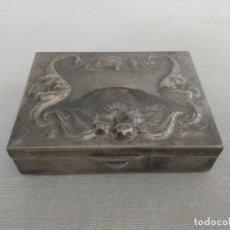 Antigüedades: CAJITA METAL PLATEADO CON RELIEVES - PASTILLERO - JOYERO. Lote 172171642