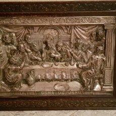 Antigüedades: CUADRO MARCO MADERA ÚLTIMA CENA EN RELIEVE, REALIZADO EN COBRE CON BAÑO DE PLATA. 79X56CM. Lote 172175073