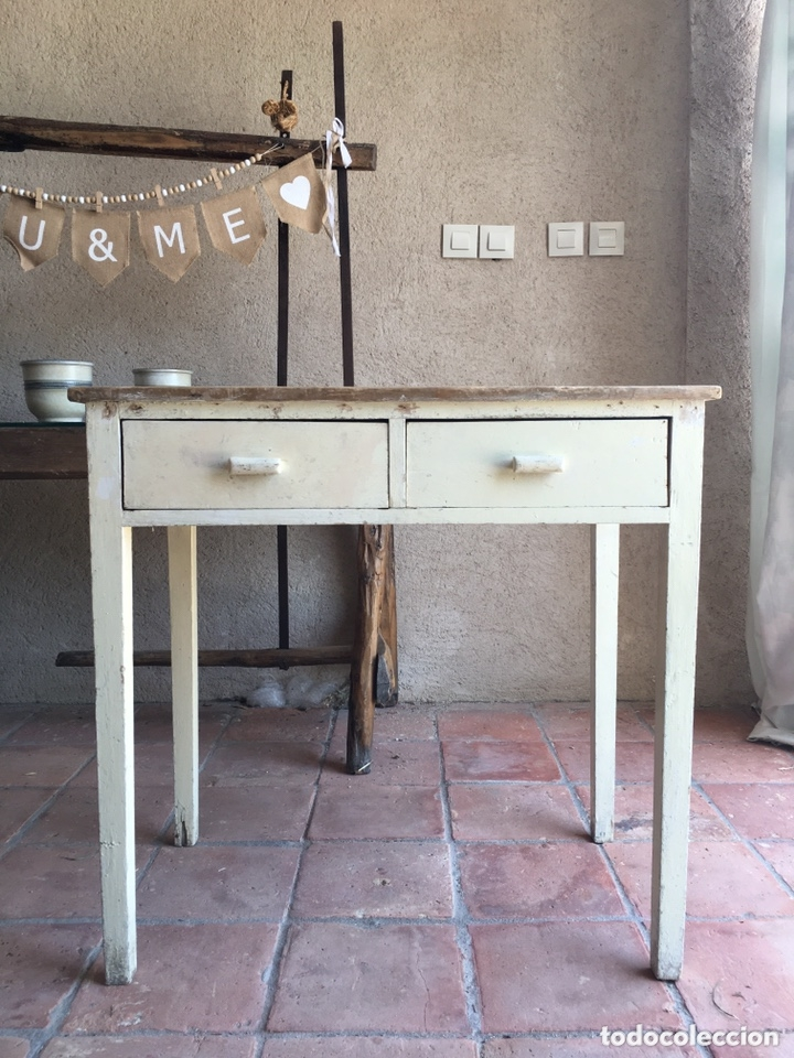 Antigua mesa rústica de cocina con dos cajones - Madera de pino, pintura  original blanco