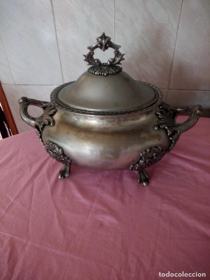 Antigüedades: Extraordinaria sopera centro de mesa de metal bañado en plata con decoraciones repujadas,siglo xix - Foto 3 - 172245173