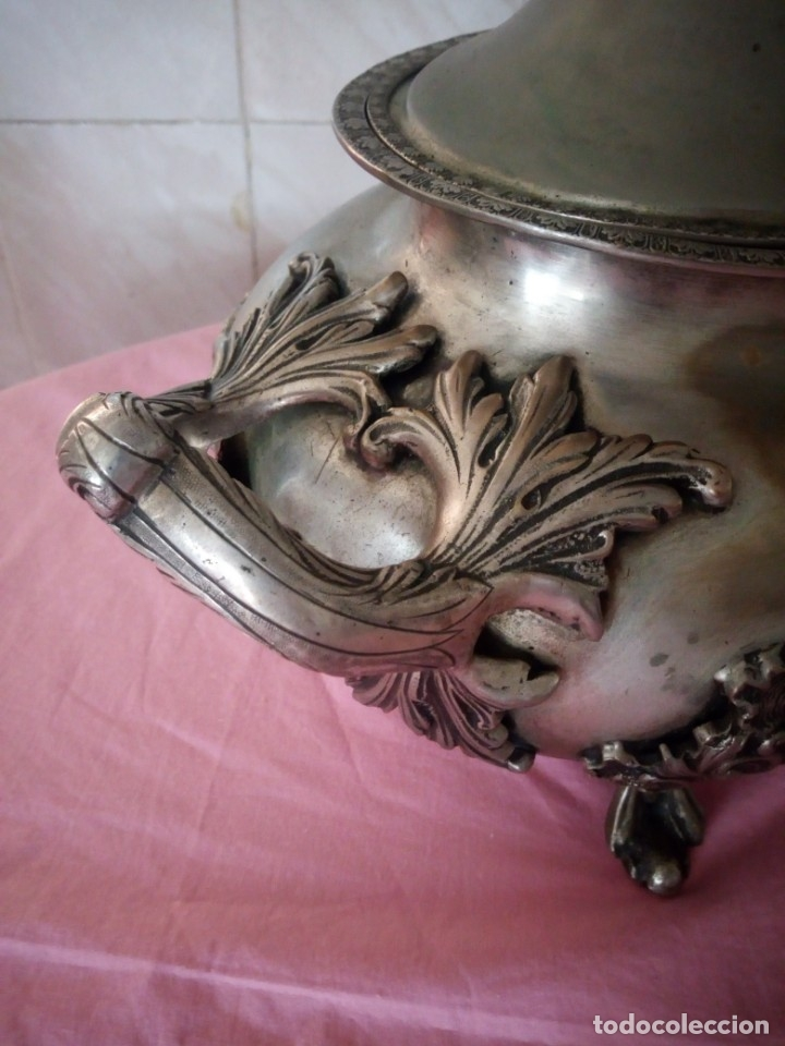 Antigüedades: Extraordinaria sopera centro de mesa de metal bañado en plata con decoraciones repujadas,siglo xix - Foto 4 - 172245173