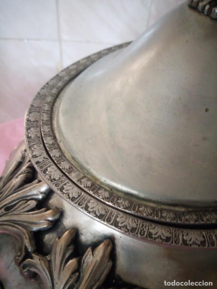 Antigüedades: Extraordinaria sopera centro de mesa de metal bañado en plata con decoraciones repujadas,siglo xix - Foto 7 - 172245173