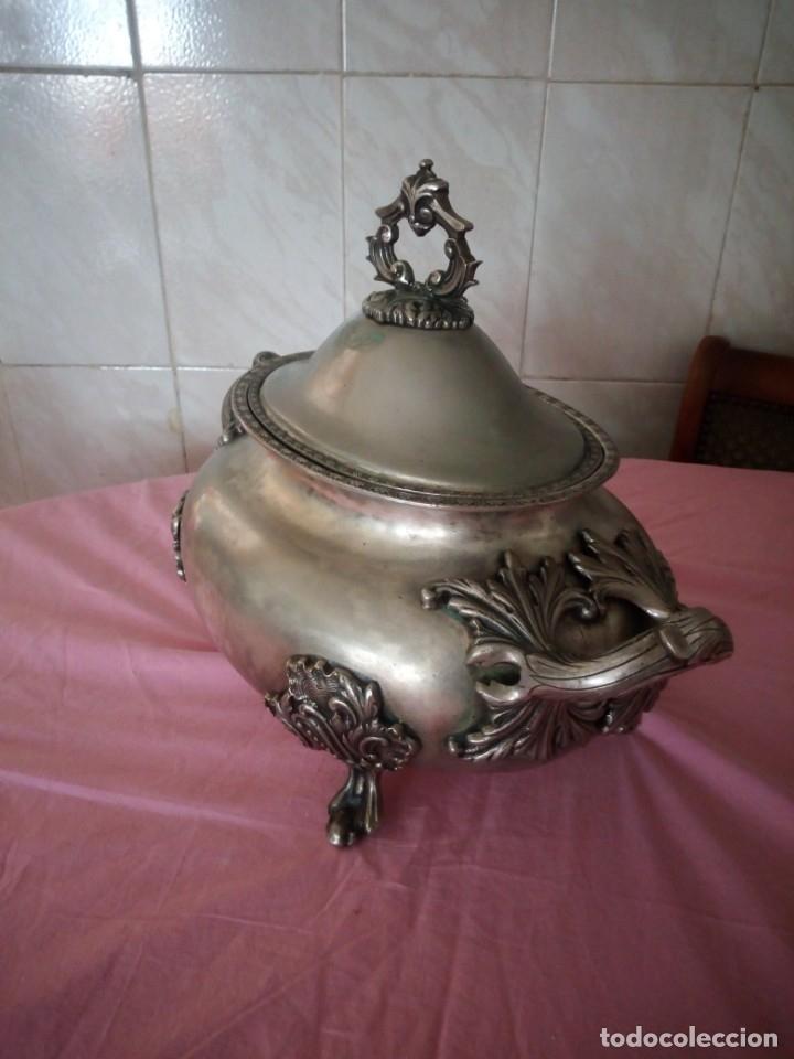 Antigüedades: Extraordinaria sopera centro de mesa de metal bañado en plata con decoraciones repujadas,siglo xix - Foto 8 - 172245173