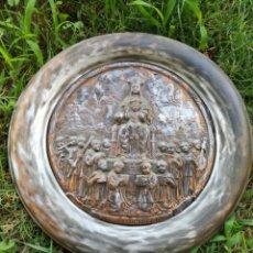 Antigüedades: BENDITERA NTRA.SRA.DE MONTSERRAT DE METAL CON RELIEVE, 27CM.. Lote 172248185