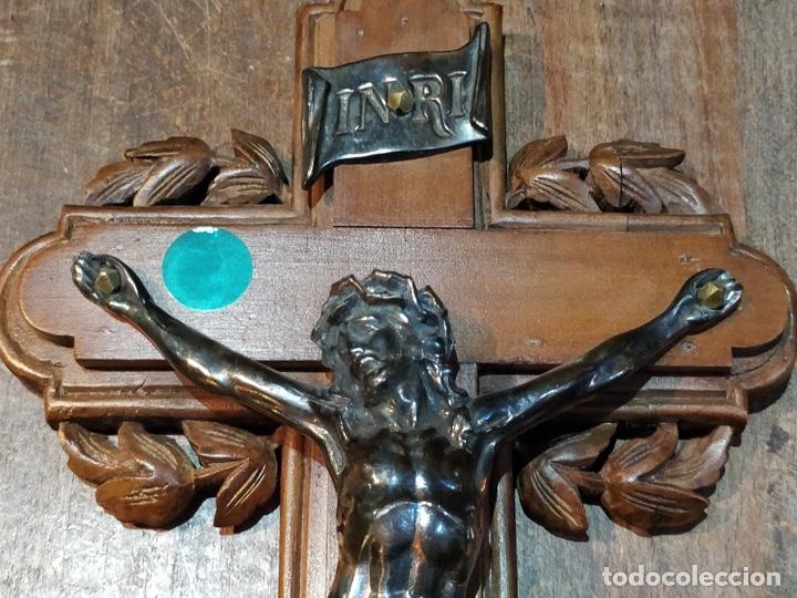 Antigüedades: Antiguo Cristo de Bronce patinado sobre cruz de madera - 40.5 x 18cm - Foto 3 - 172275917