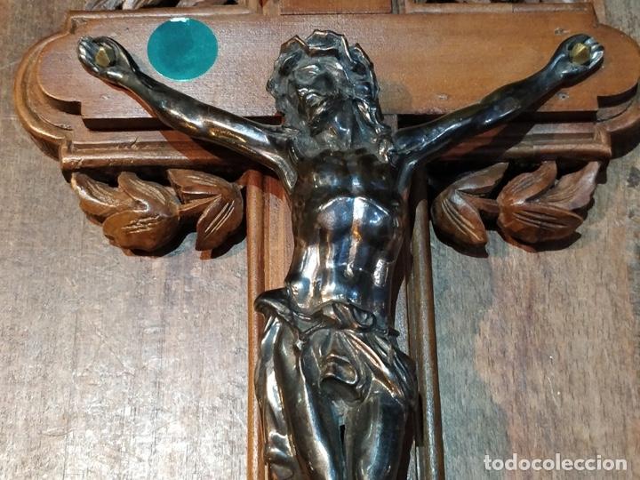 Antigüedades: Antiguo Cristo de Bronce patinado sobre cruz de madera - 40.5 x 18cm - Foto 4 - 172275917