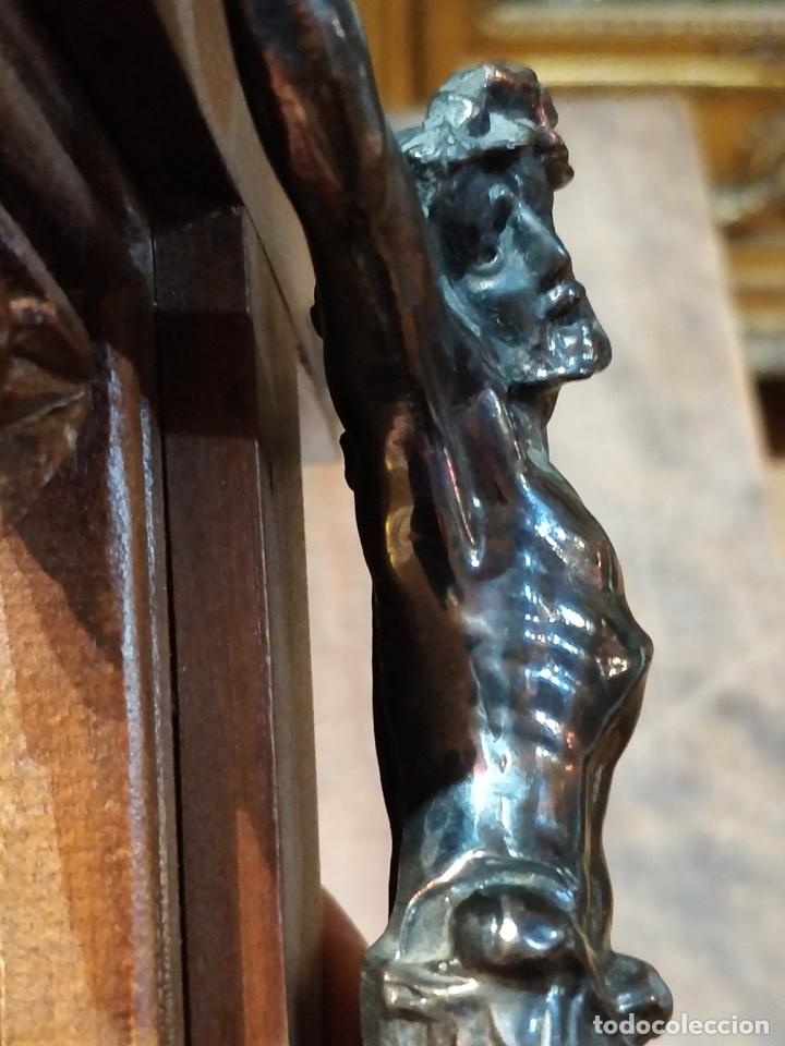 Antigüedades: Antiguo Cristo de Bronce patinado sobre cruz de madera - 40.5 x 18cm - Foto 12 - 172275917